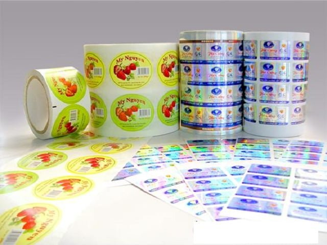 Gia công sau in ấn decal – Hình ảnh được chụp bởi NamVietAd.Com